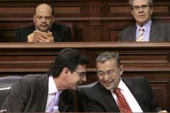 Paulino Rivero (d), conversa con el vicepresidente, José Manuel Soria, durante el debate. EFE