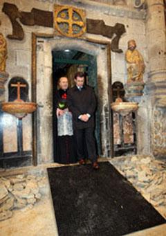 Monseñor Barrio y Feijóo entran en la Catedral tras derribar la Puerta Santa.