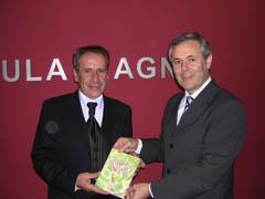Juan José Ibáñez Miras hace entrega de un ejemplar del libro a Carlos Santos Valle.