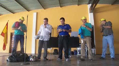 Francisco Correa entrega el material deportivo a la escuela de fútbol. ROMÁN PADR