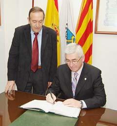El viceconsejero de Gobernación de la Junta firma en el libro de honor de la entidad.