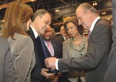Roberto Varela y Carmen Pardo entregan a los Reyes una réplica del martillo de plata que abrió la Puerta Santa.