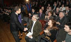 Feijóo saluda a las autoridades invitadas a la presentación del Plan de Acción Social 2010-2013.