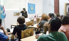 La presidenta, Alina Artímez, impartiendo clase.