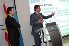 Javier Guerra explica el Plan re-Forza en presencia de Alberto Núñez Feijóo.