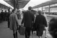 Viajero con maletas en la estación sevillana de Plaza de Armas, 1961. © ICAS-SAHP Fototeca Municipal de Sevilla. Archivo Gelán.