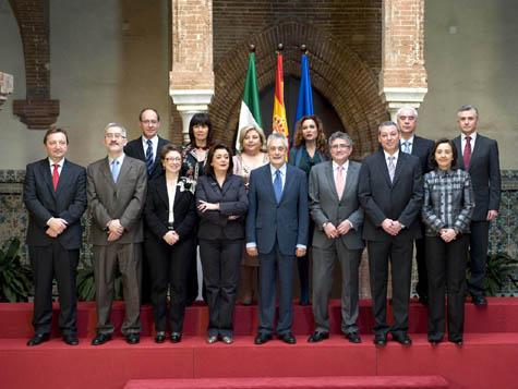 Griñán posa con los miembros de su nuevo Gobierno.