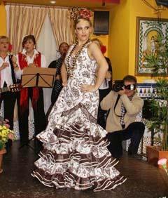 Una de las modelos del desfile de moda flamenca.