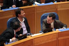 Hernández (d) charla en el Parlamento con Vázquez (i) y Guerra.