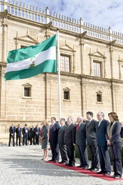 Izado de la bandera durante la celebración del Día de Andalucía por el Parlamento.