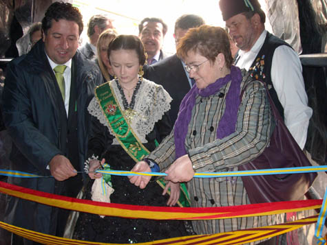 Teresa Ordiz corta la cinta inaugural de la Semana Cultural del Centro Asturiano de Castellón.