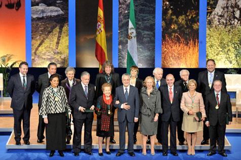Los galardonados con el título de Hijo Predilecto y las Medallas de Andalucía posan con el presidente Griñán.