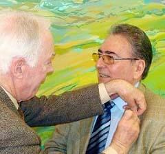 Víctor García impone a José Antonio Rivera la insignia de Casas Regionales de Álava.