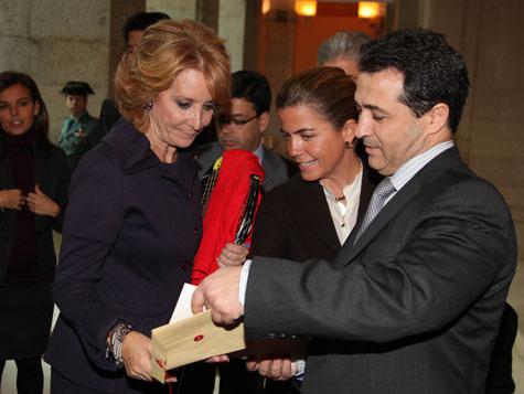 Esperanza Aguirre vio las fotos de la nueva sede de la Casa de Madrid en México que le enseñó José Luis Beato.
