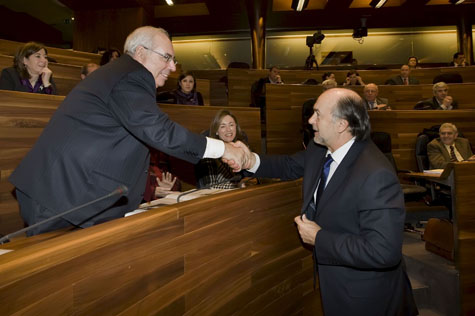 El presidente Vicente Álvarez Areces (i), felicita al consejero Jaime Rabanal (d) tras la aprobación del presupuesto para 2010.