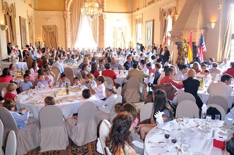 Decenas de personas saborearon el tradicional cocido madrileño.