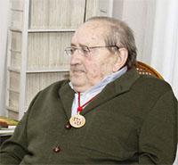 Delibes, con la Medalla de la Junta de Castllla y León que recibió a finales del año pasado.