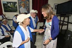 Elsa Casas saluda a los emigrantes canarios en Cuba.