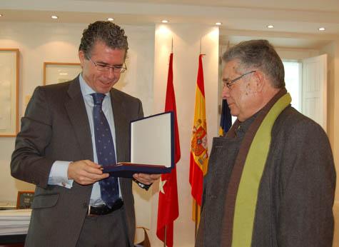 El consejero Francisco Granados recibe la placa recordatoria de manos de Luis Iglesias, presidente de la primera Casa de Madrid en Francia.