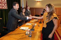 Javier Guerra entrega un diploma en el acto de clausura del máster.
