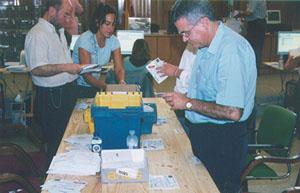 Escrutinio del voto exterior en la Junta Electoral de A Coruña.
