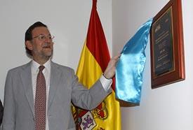 Mariano Rajoy descubre la placa de la Asociación Popular de España en Colombia. (Foto: EFE)