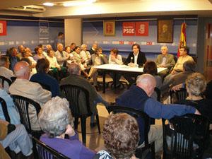 Más de cien personas acudieron a la reunión en la sede del PSOE en Buenos Aires.