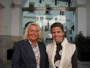 María Aurelia Pascual y Victoria Cristóbal en la sede de la Agencia Madrileña para la Emigración.
