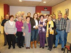 Victoria Novoa, en el centro, rodeada por los asistentes a la presentación.