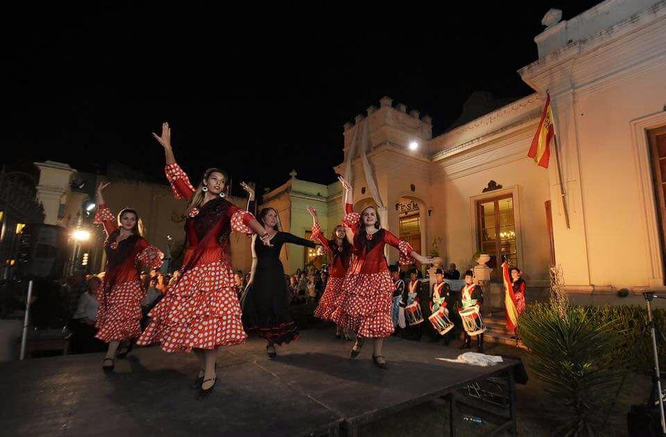 Unas de las actuaciones ante la fachada del Teatro Español.