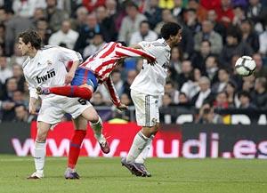 Gago y Marcelo presionan al atlético Reyes. (Foto: EFE)