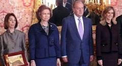 Los Reyes, la ministra (d) y una de las galardonadas con los Premios Nacionales de Investigación 2009.