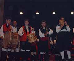 Actuación de los jóvenes componentes del grupo de baile.