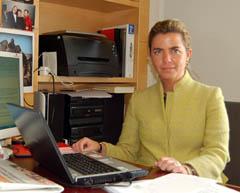 Victoria Cristóbal en su despacho de la Agencia Madrileña para la Emigración.
