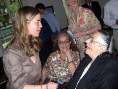 Victoria Cristóbal conversa con madrileños residentes en Uruguay en un viaje realizado en el mes de marzo de 2008.