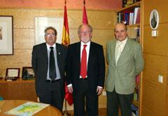 Maza (c) e Inarejos (i) con el secretario de la entidad.