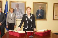 Rumí toma posesión ante la vicepresidenta De la Vega.