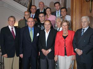 Elorza, segundo por la izquierda, el embajador Rafael Estrella, a su derecha, y los miembros del Consejo de Residentes Españoles de Buenos Aires.