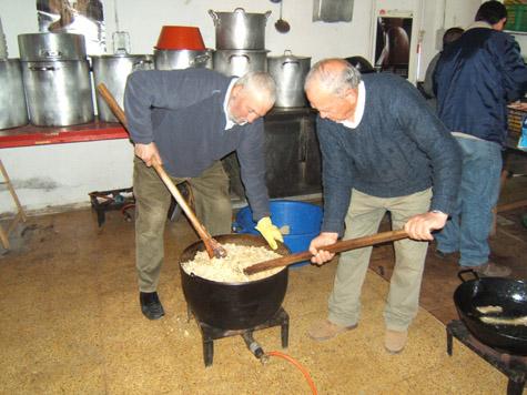 Dos asociados preparan las migas extremeñas.