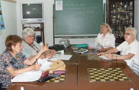 Salvadora Moranta (2d) con participantes en el taller.
