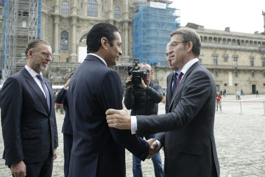 El presidente de la Xunta, Alberto Núñez Feijóo, recibió al gobernador del Estado mexicano de Querétaro, Francisco Domínguez Servién, en la Plaza del Obradoiro de Santiago.