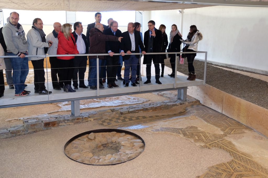 El presidente de la Junta, Juan Vicente Herrera, visitó la Villa Romana de Orpheus de Camarzana de Tera.