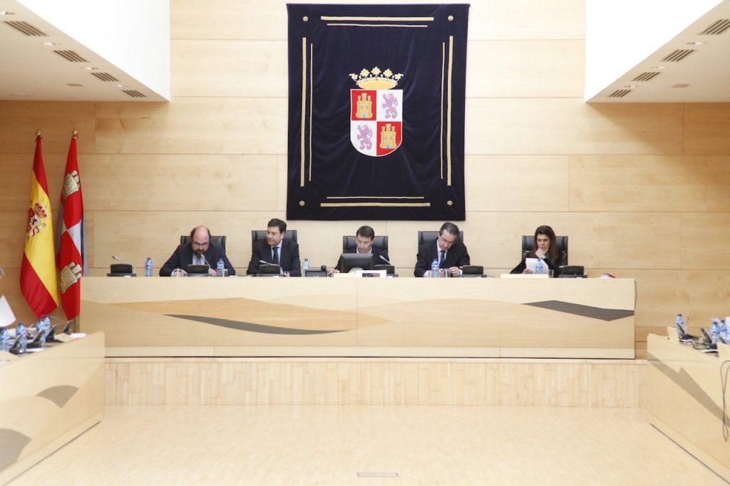 Comparecencia del consejero Carlos Fernández Carriedo (2º por izq.) en las Cortes.