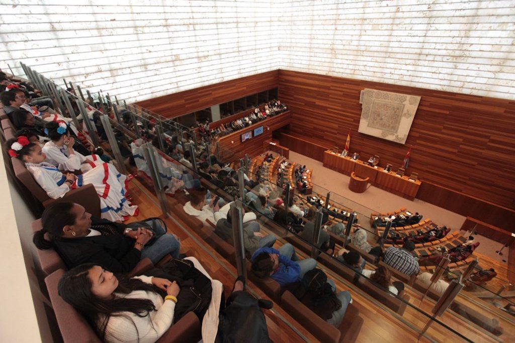 Una vista del hemiciclo de las Cortes durante el acto al que asistieron 500 inmigrantes.