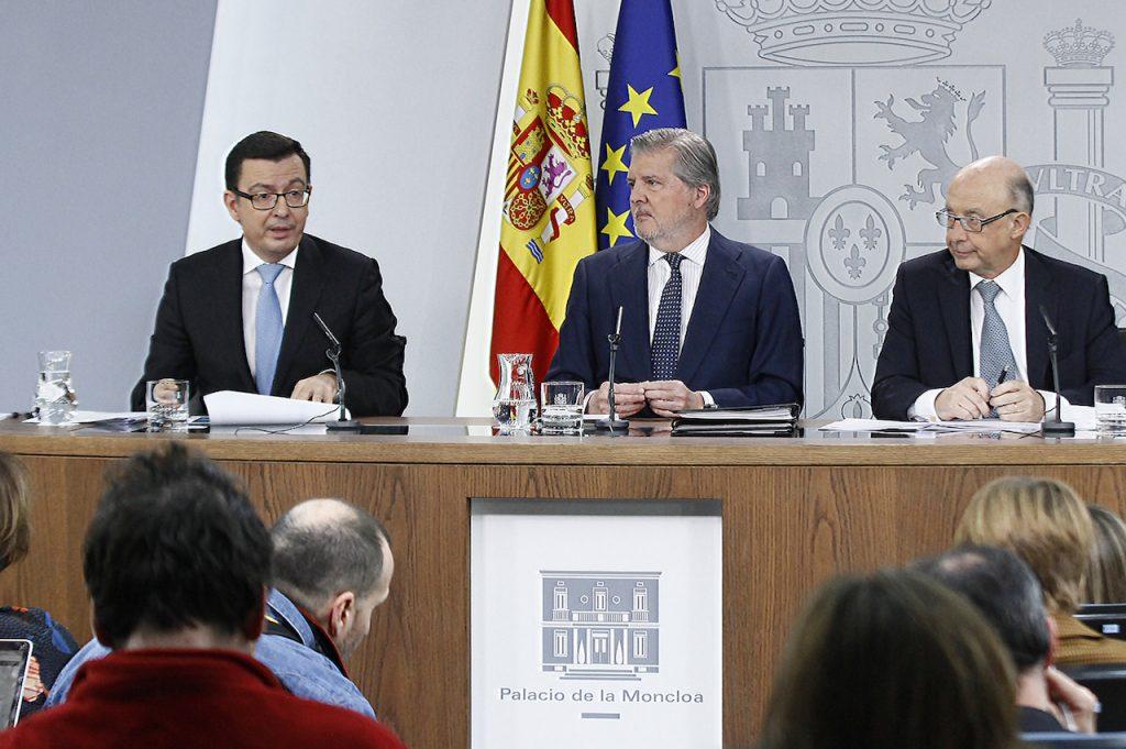 Los ministros Román Escolano, Íñigo Méndez de Vigo y Cristóbal Montoro tras el Consejo.