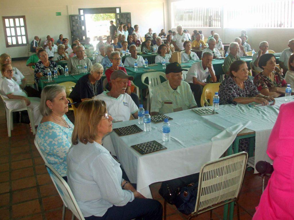 Los participantes escuchando atentos charla sobre salud bucal.