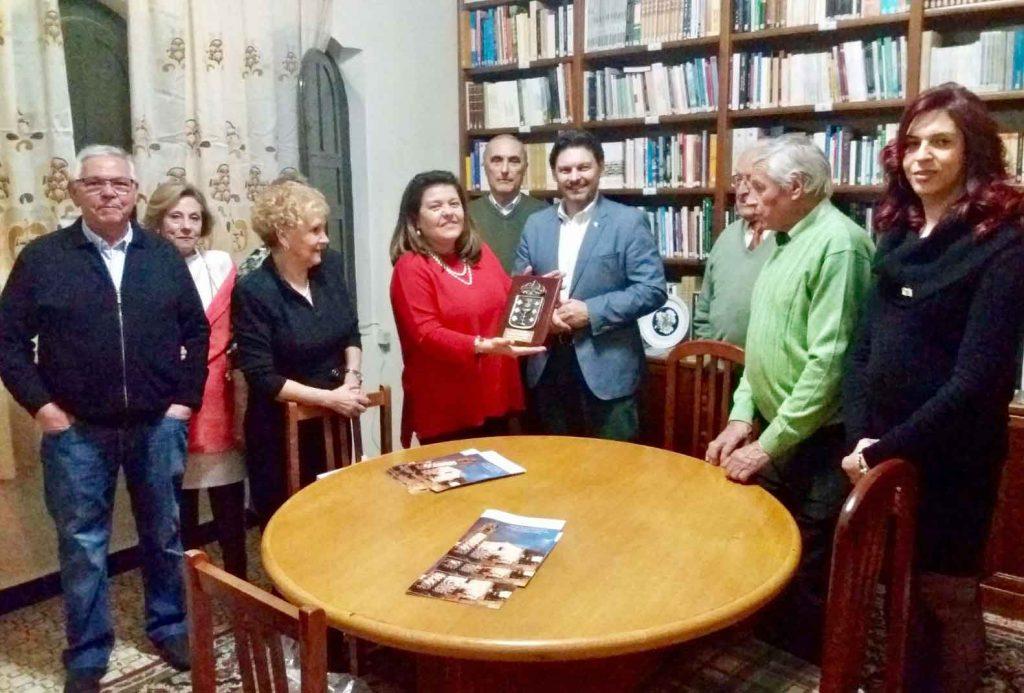Miranda con María Jesús Ferreiro, directivos y socios de la entidad.