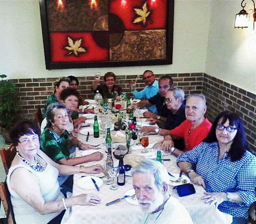 Directivos de la Agrupación Castropol durante el almuerzo por su 89° aniversario.