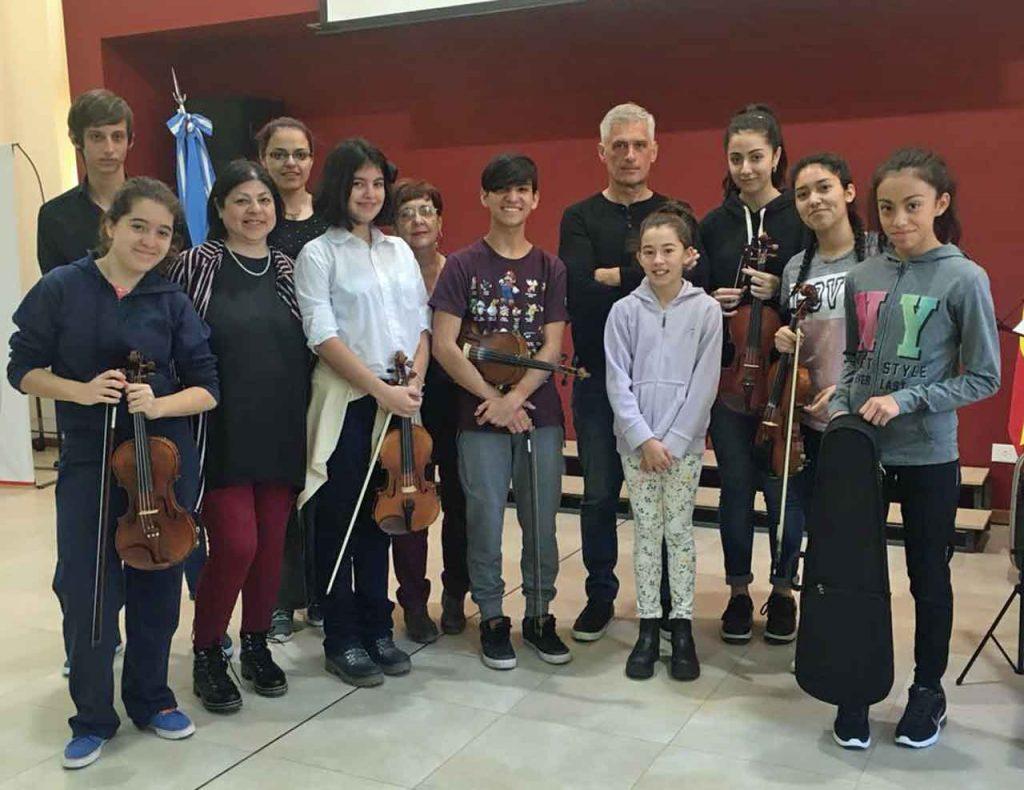 Los alumnos del curso de violín con el profesor Gustavo Stecko.