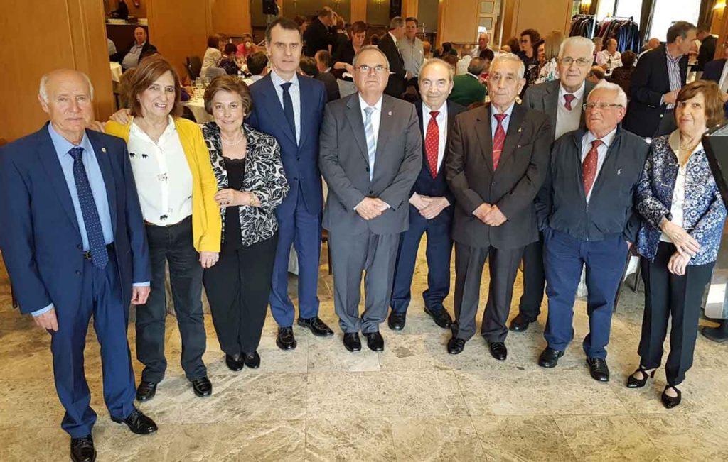 José Manuel Herrero (cuarto izquierda) con el presidente del Centro Castellano y Leonés en Cantabria, Fernando Guerra (quinto izquierda), y los titulares de las casas de las nueve provincias integradas en el Centro.